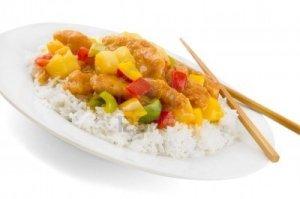 5778234-sweet-y-pollo-agridulce-en-un-plato-blanco-con-palillos