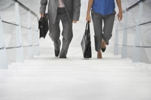 hombre_y_mujer_subiendo_escaleras
