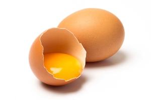 conoce-los-riesgos-de-comer-huevo-crudo-1